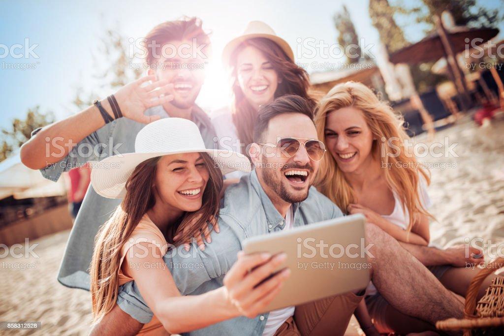 Freunde, Spaß am Strand – Foto