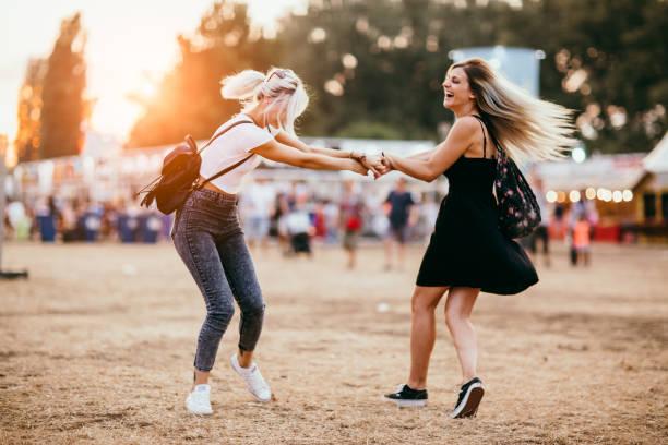 vrienden plezier - traditioneel festival stockfoto's en -beelden