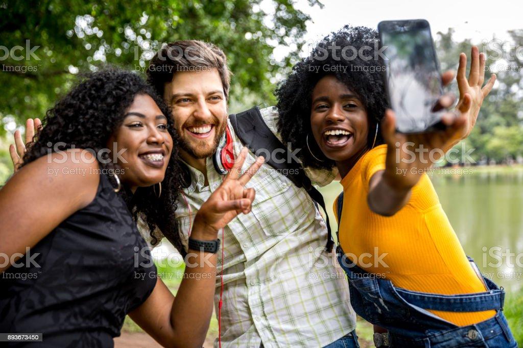 Amigos se divertindo juntos no parque - foto de acervo
