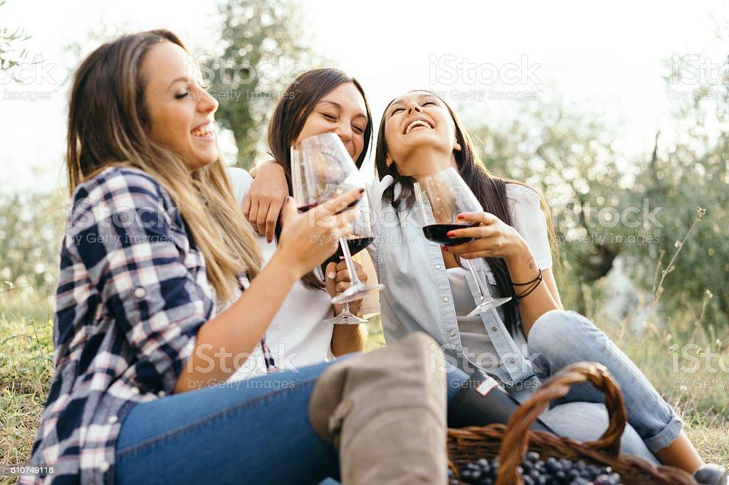 Amigos divirtiéndose juntos - foto de stock