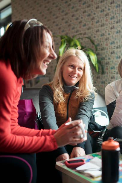 amigos, tomar uma bebida quente juntos em uma loja de café - girl power provérbio em inglês - fotografias e filmes do acervo