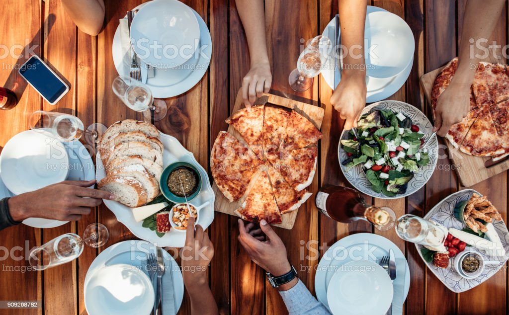 Amigos, comer pizza na festa - foto de acervo