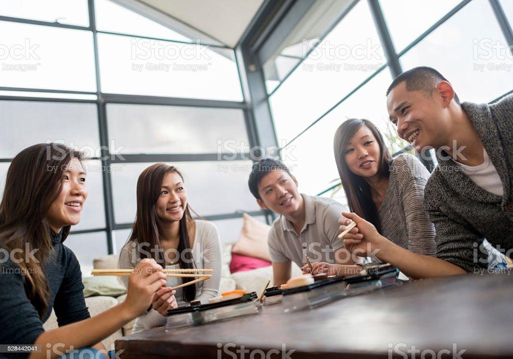 ご友人とご一緒にお寿司が ストックフォト