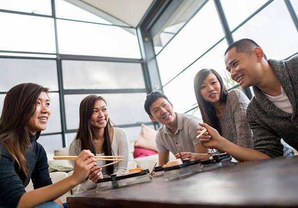 ご友人とご一緒にお寿司が - 懇親会 ストックフォトと画像