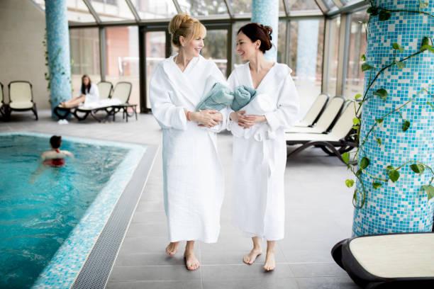 wellness-wochenende mit freunden - pool schritte stock-fotos und bilder