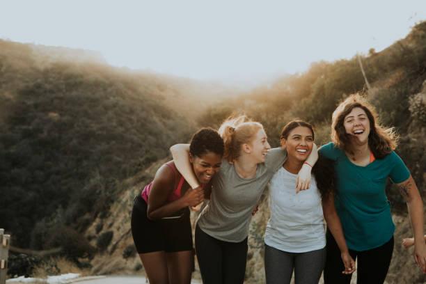 amigos de senderismo a través de las colinas de los angeles - excursionismo fotografías e imágenes de stock