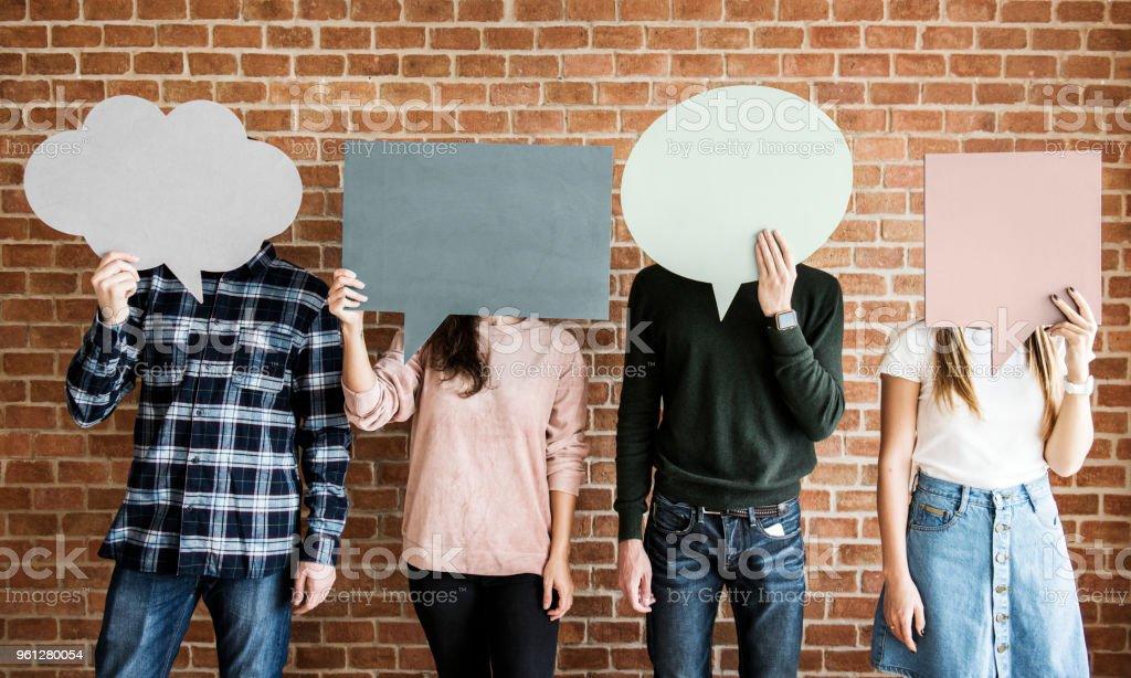 Cartaz de amigos segurando copyspace balões de pensamento - foto de acervo