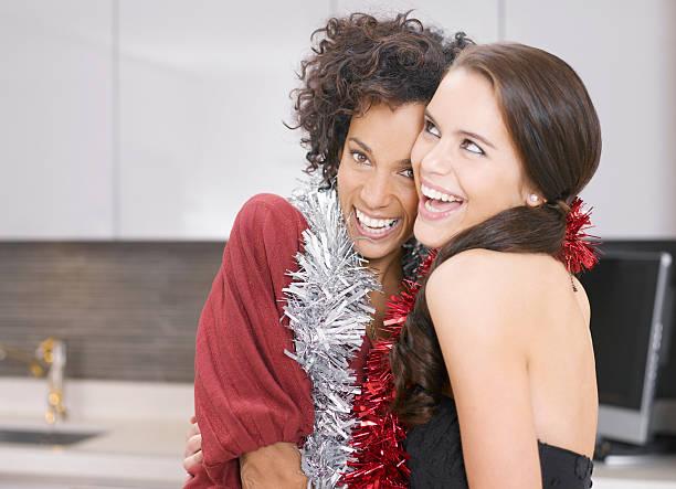 freunde umarmen im christmas party - jamaikanische party stock-fotos und bilder