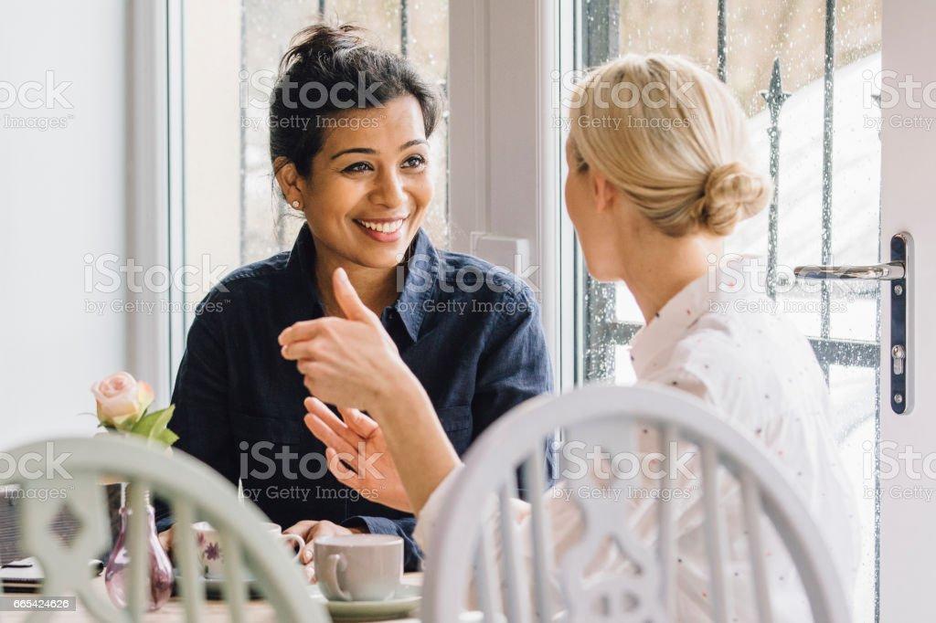 Amigos em um café - foto de acervo