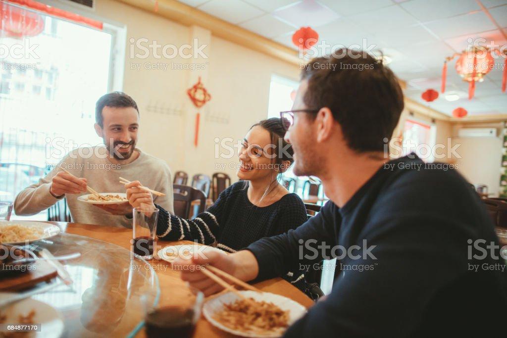 Freunde in einem chinesischen restaurant Lizenzfreies stock-foto