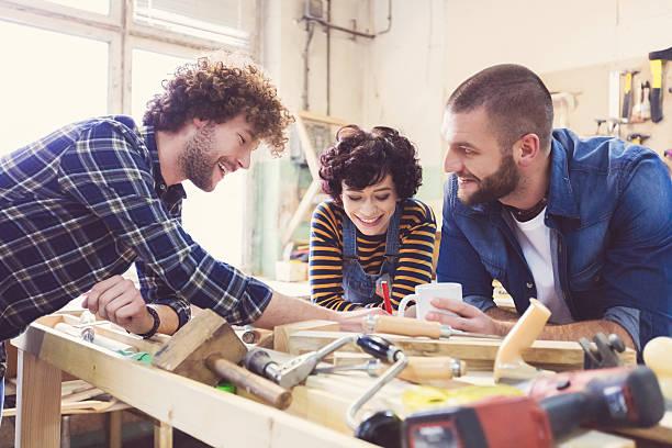 Freunde in einer Konstruktion Workshops lernen Tischlerarbeit – Foto
