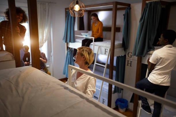 freunde in einer jugendherberge - etagenbett weiss stock-fotos und bilder