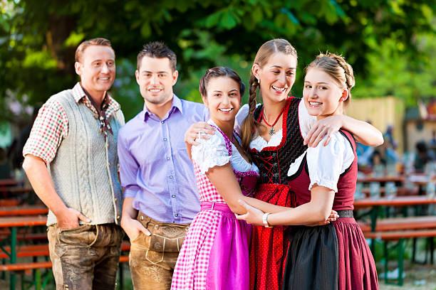 freunde im biergarten - bayerische tracht stock-fotos und bilder