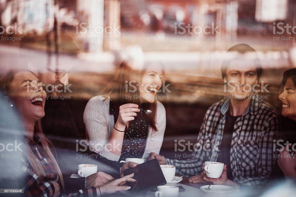 Amigos no café a beber café - foto de acervo