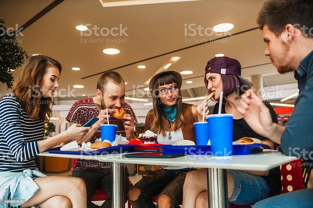 Amigos em Mall - foto de acervo