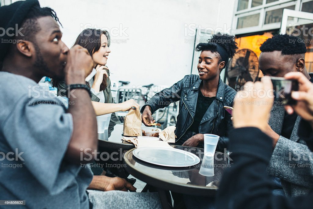 Amis à New York sur la nourriture panier - Photo