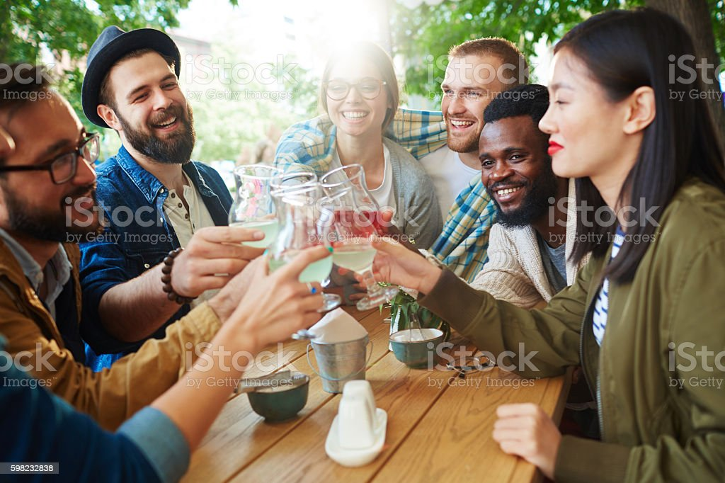 Friends in outdoor cafe foto royalty-free