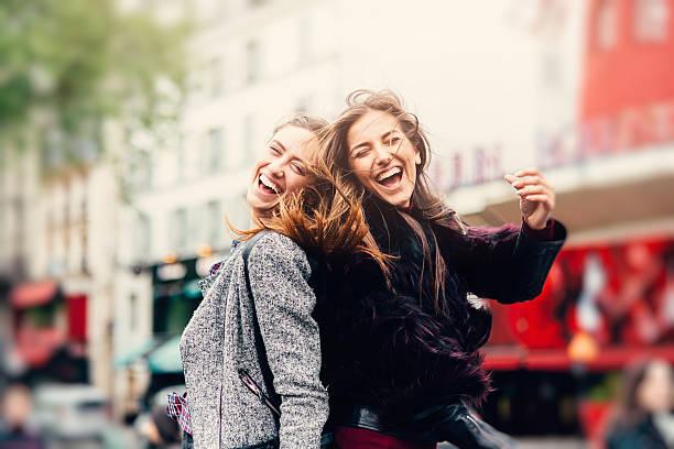 amigos en parís - moda parisina fotografías e imágenes de stock
