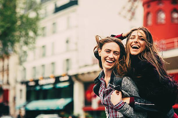 ご友人とご一緒にパリ - パリのファッション ストックフォトと画像