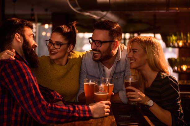 Freunde im Pub trinken Bier, Spaß – Foto