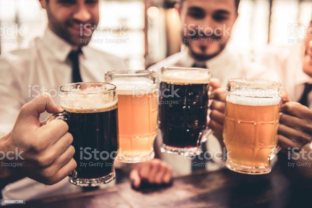Friends in pub - foto stock