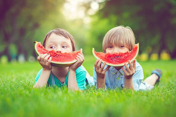 Amigos en el verano - foto de stock