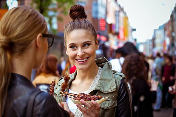 freunde in der stadt - streetfood stock-fotos und bilder
