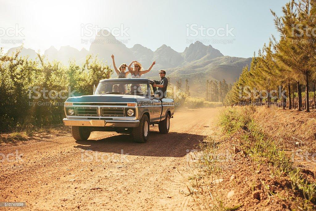 Freunde in der offenen Rücken eines Lkw – Foto