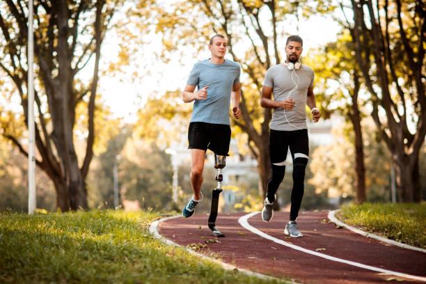 vänner jogging utomhus - protesutrustning bildbanksfoton och bilder