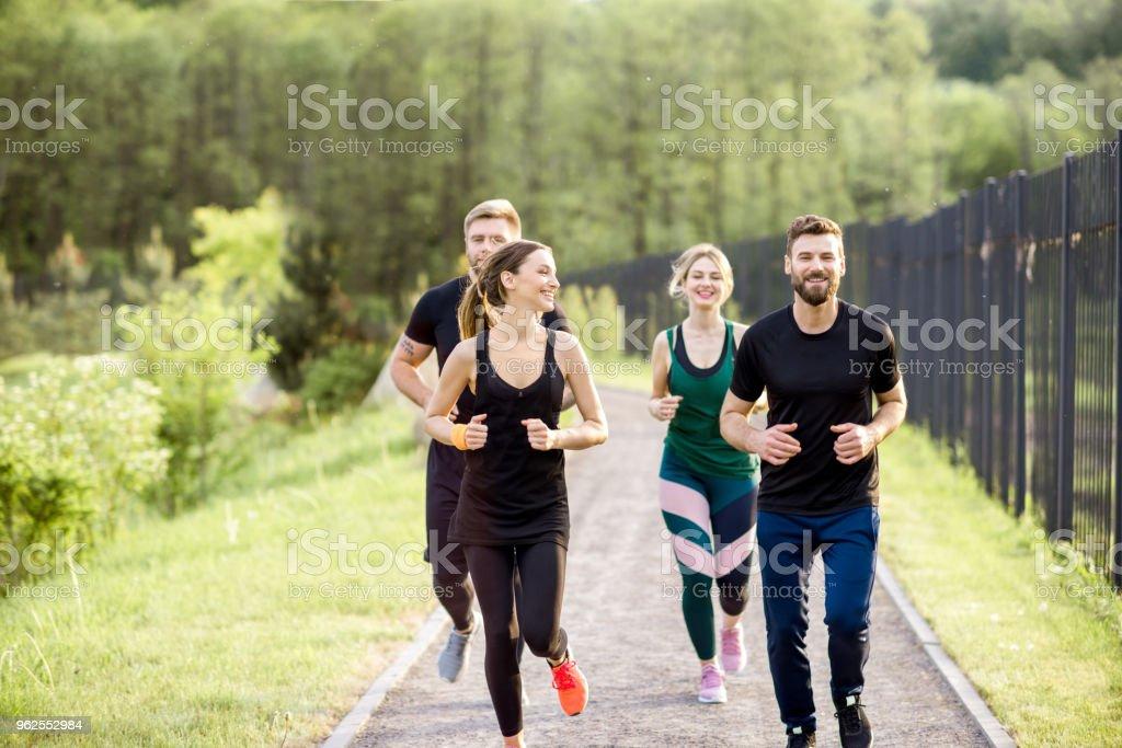 Amigos, correr ao ar livre - Foto de stock de Adulto royalty-free