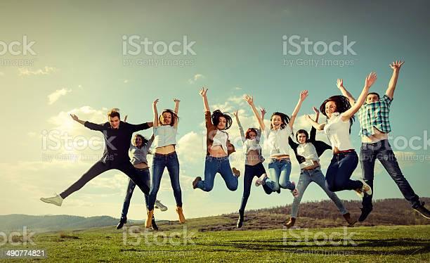Freunde Springen Stockfoto und mehr Bilder von Aktiver Lebensstil