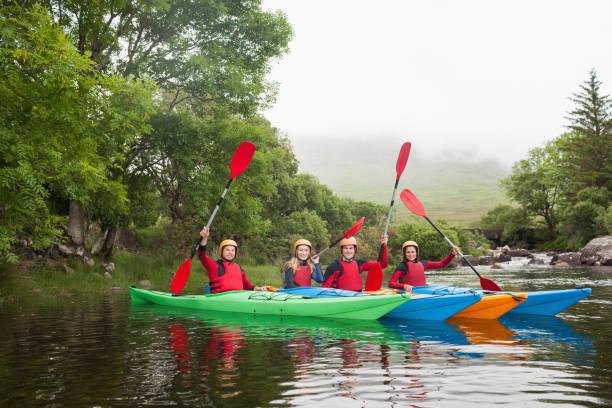 amigos caiaque juntos comemorando na câmera - caiaque canoagem e caiaque - fotografias e filmes do acervo