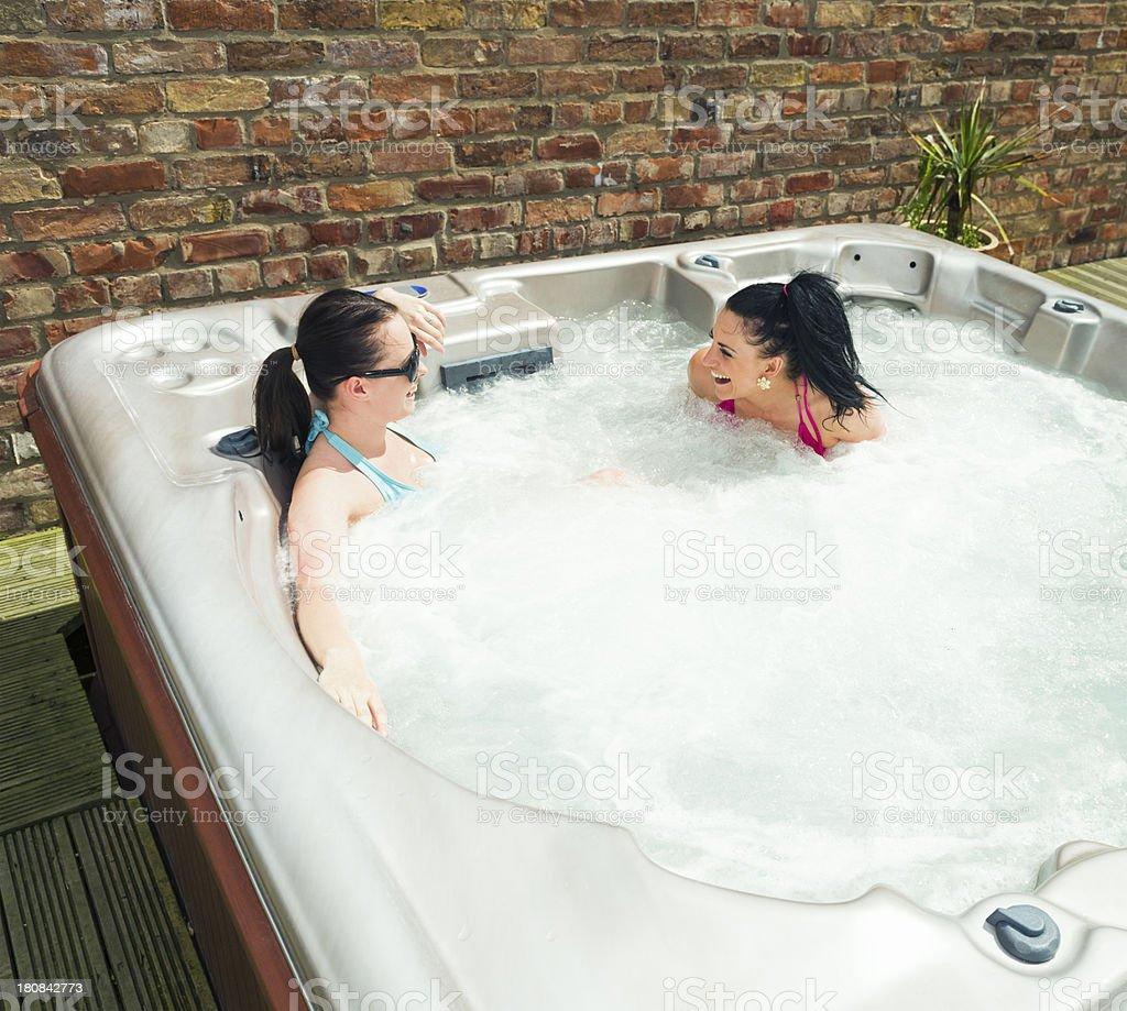 Amis rire dans un bain à remous extérieur - Photo