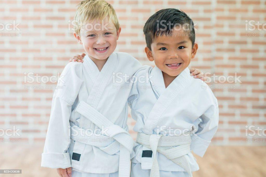 Amigos de aprendiendo juntos - foto de stock