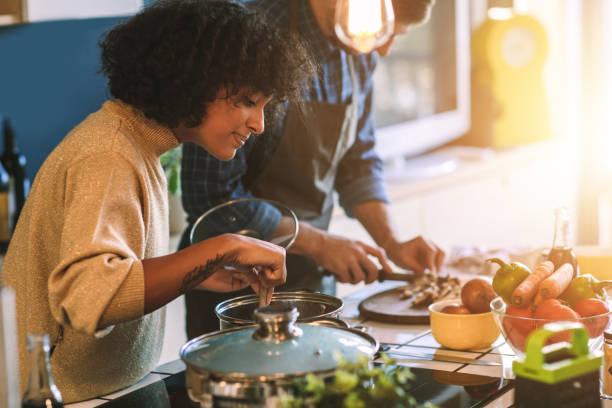 amici che vivono e cucinano insieme - cucinare foto e immagini stock
