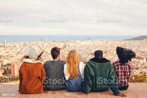 Freunde Die Stadt Zu Betrachten Während Sie Auf Der Terrasse Sitzen Stockfoto und mehr Bilder von Afro-amerikanischer Herkunft