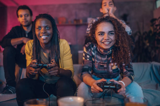 amis amoureux des jeux vidéo - gamer photos et images de collection