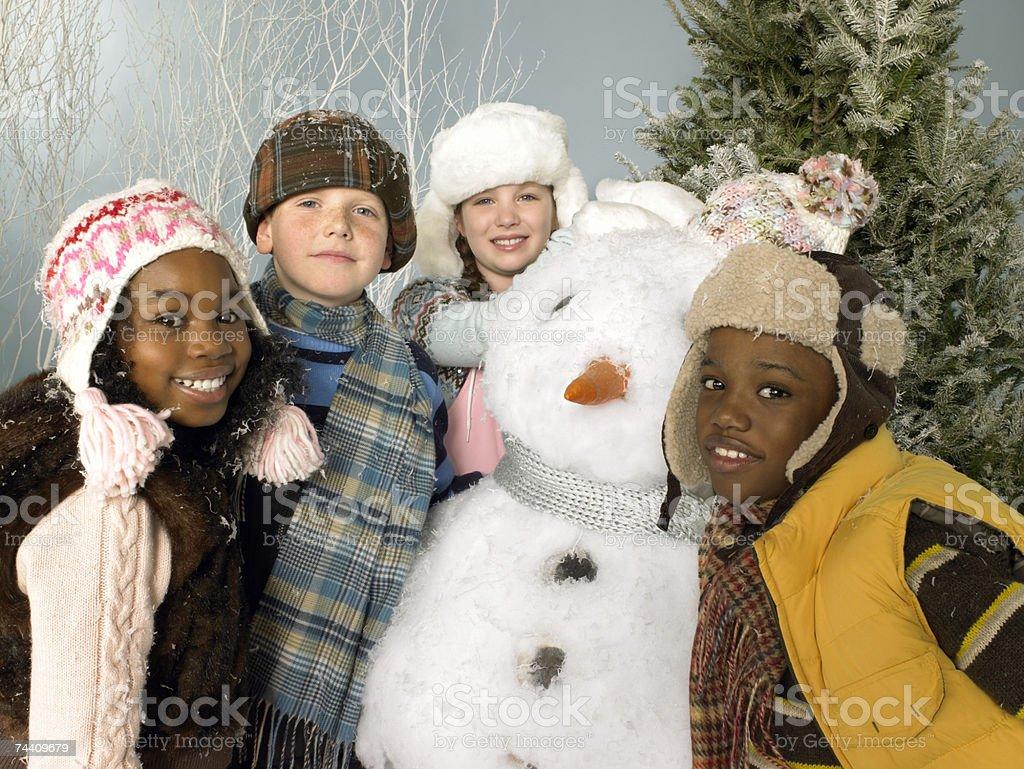 Amigos, Fazer um boneco de neve foto de stock royalty-free