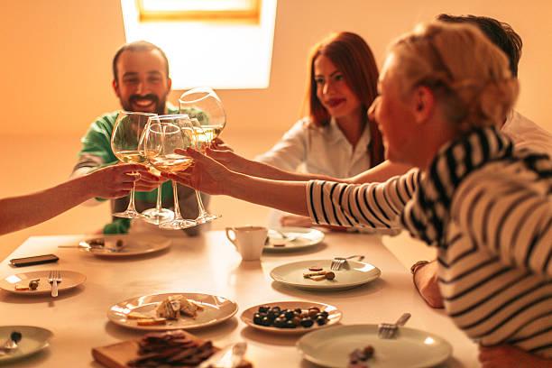 freunde, die einen toast - oliven wohnzimmer stock-fotos und bilder
