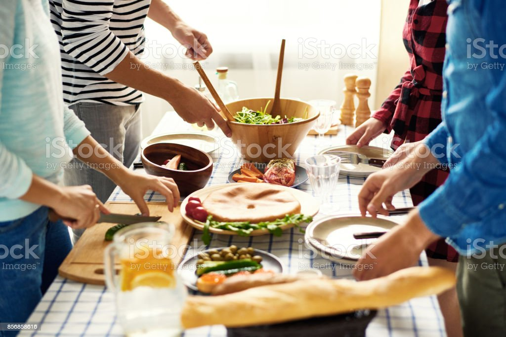 Vrienden maken van het diner samen foto