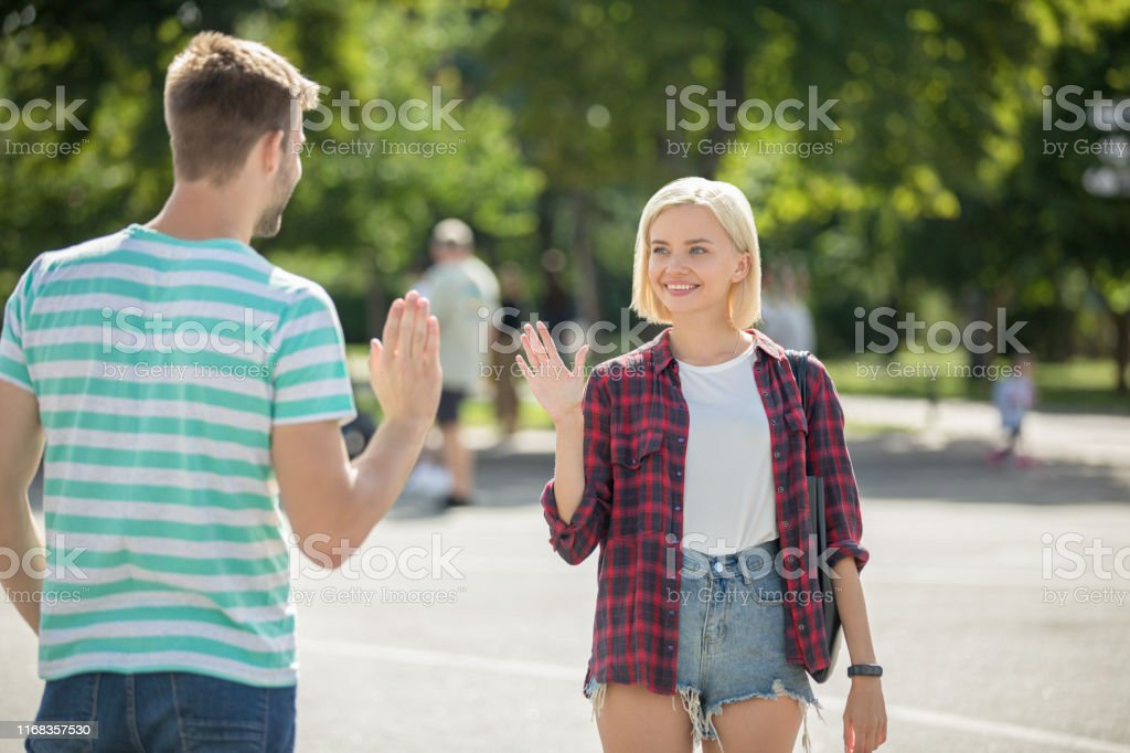 Friends meeting and greeting - Foto stock royalty-free di Abbigliamento casual