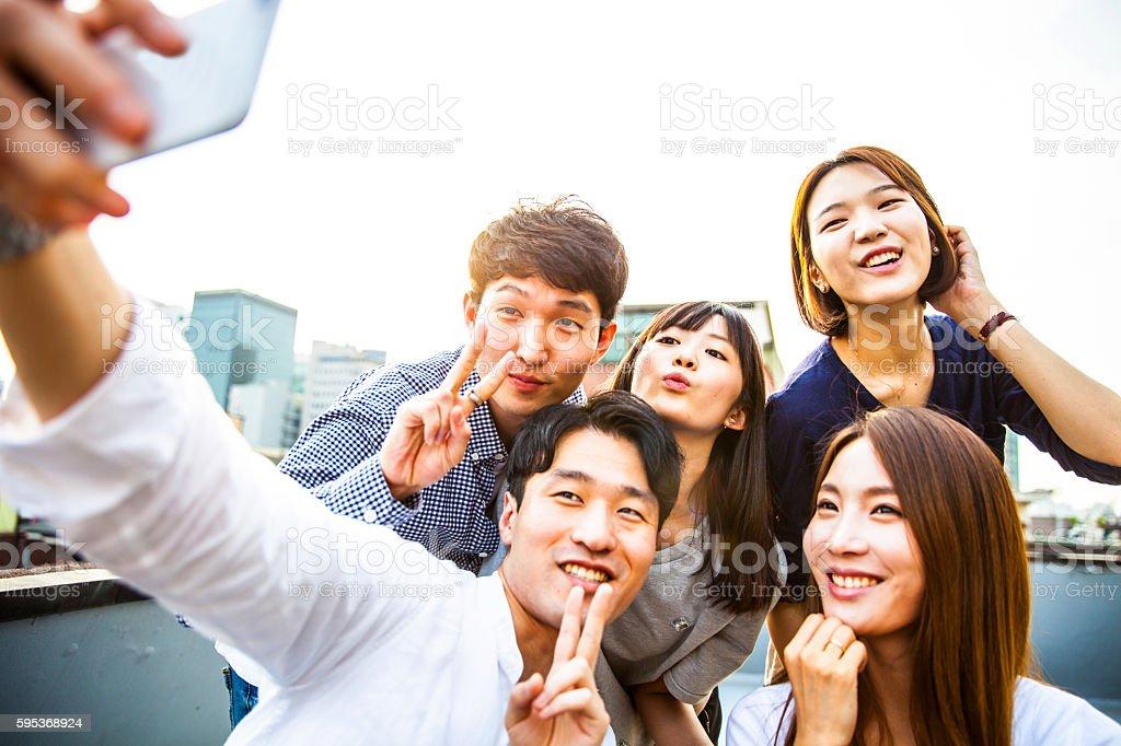 Amigos de fiesta y reuniones en Seúl el último piso, Corea del Sur - foto de stock