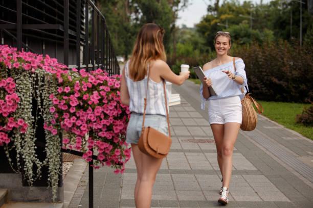 amigos se reúnen en la calle para tomar un café - happy couple sharing a cup of coffee fotografías e imágenes de stock