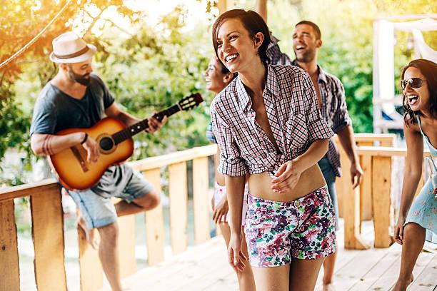 freunde auf ein sommer-camp-party - tanz camp stock-fotos und bilder