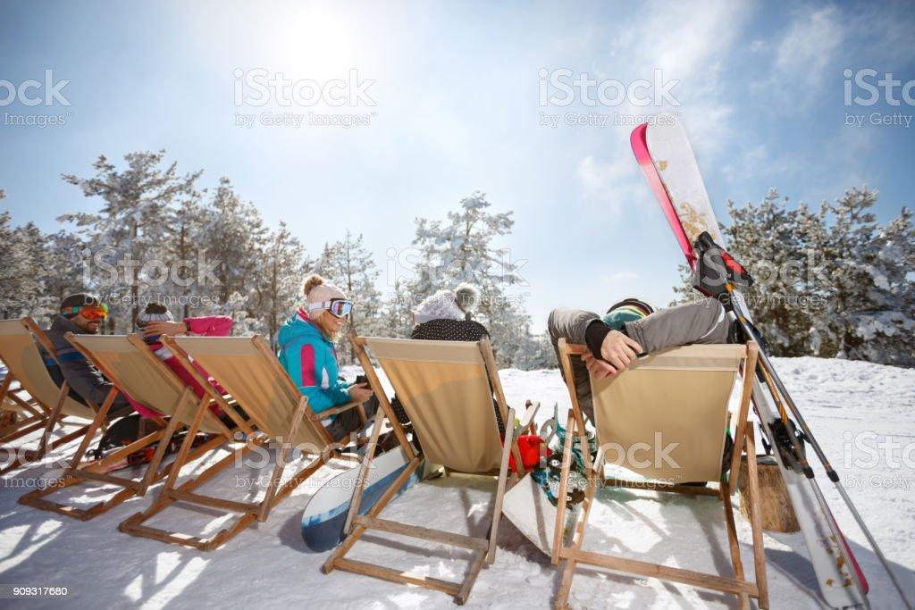 Freunde auf Skifahren Sonnenbaden im Solarium auf Skigelände, Ansicht von hinten – Foto