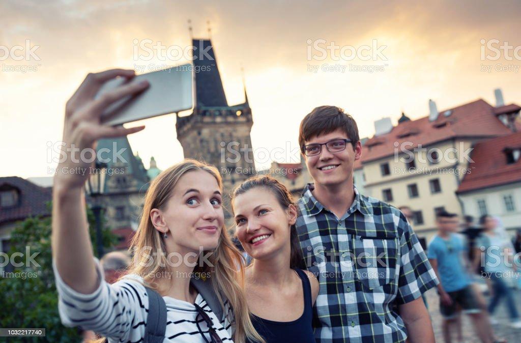 Freunden in den Urlaub nehmen selfie – Foto