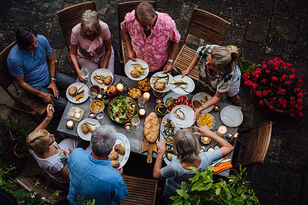Friends Outdoors Dining - foto stock