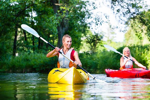 amigos remando canoa no rio de floresta com - caiaque canoagem e caiaque - fotografias e filmes do acervo