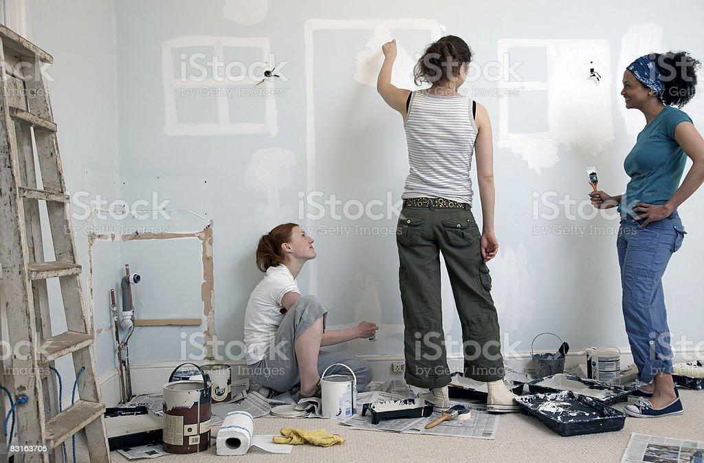 Amigos pintura puertas y ventanas en la pared foto de stock libre de derechos