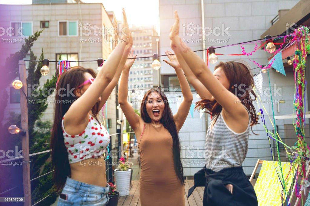 Freunde Party und Spass auf einer Dachterrasse in Seoul - Lizenzfrei Asien Stock-Foto